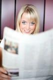 Vrouw met een krant Royalty-vrije Stock Afbeelding