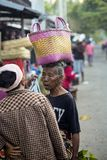 : vrouw met een mand op haar hoofd bij het marktdorp Toyopakeh, Nusa Penida 17 Juni 20 Royalty-vrije Stock Afbeelding