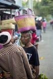 Vrouw met een mand op haar hoofd bij het marktdorp Toyopakeh, Nusa Penida 17 Juni 20 Royalty-vrije Stock Afbeelding