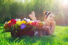 Vrouw met een mand van bloemen stock fotografie