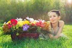 Vrouw met een mand van bloemen royalty-vrije stock fotografie