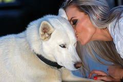Vrouw met een mooie schor hond stock foto's