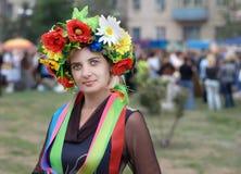 Vrouw met een Oekraïense kroon Royalty-vrije Stock Foto's
