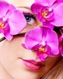 Vrouw met een orchidee royalty-vrije stock fotografie