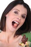 Vrouw met een paasei stock afbeelding