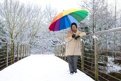 Vrouw met een paraplu op een brug Royalty-vrije Stock Afbeelding