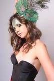Vrouw met een Pauwveer in haar Haar Stock Fotografie