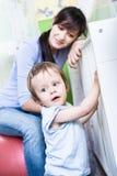Vrouw met een peuter Stock Foto