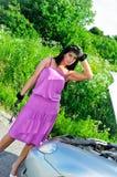 Vrouw met een roestvrij staalmoersleutel Stock Foto