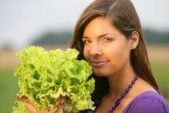 Vrouw met een salade. Stock Fotografie
