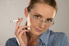 Vrouw met een sigaret Stock Foto's