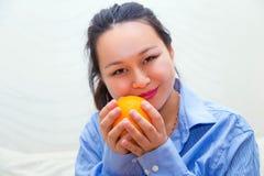 Vrouw met een sinaasappel Royalty-vrije Stock Foto's