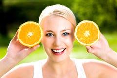 Vrouw met een sinaasappel Stock Foto