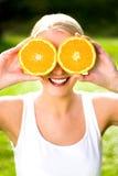 Vrouw met een sinaasappel Stock Foto's