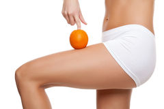 Vrouw met een sinaasappel die een perfecte huid tonen Stock Fotografie