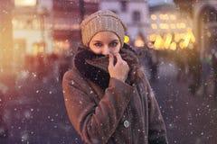 Vrouw met een sjaal in de winter stock afbeeldingen