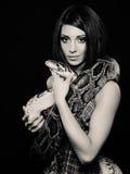Vrouw met een slang royalty-vrije stock foto