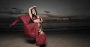 Vrouw met een sluier op het strand Royalty-vrije Stock Afbeeldingen