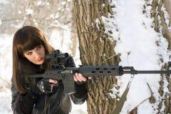 Vrouw met een sluipschuttergeweer stock afbeelding