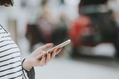 Vrouw met een smartphone die taxi tot cabine of alternatieve wijzen van vervoer opdracht geven Stock Fotografie