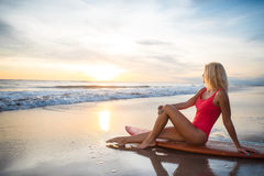 Vrouw met een surfplank Royalty-vrije Stock Foto's