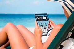 Vrouw met een tablet in handen royalty-vrije stock afbeelding