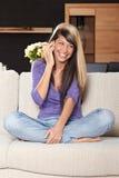 Vrouw met een telefoon Stock Foto