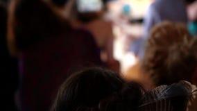 Vrouw met een veer in haar haar stock footage