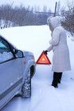 Vrouw met een waarschuwingsbord in de winter Royalty-vrije Stock Foto