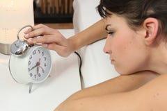 Vrouw met een wekker stock afbeelding