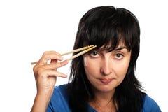 Vrouw met eetstokjes royalty-vrije stock fotografie