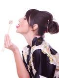 Vrouw met eetstokjes en sushi Royalty-vrije Stock Fotografie