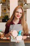 Vrouw met eigengemaakte snoepjes in keuken cookery royalty-vrije stock foto's