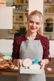 Vrouw met eigengemaakte snoepjes in keuken cookery royalty-vrije stock afbeeldingen