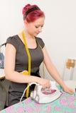 Vrouw met elektrisch ijzer Stock Afbeeldingen