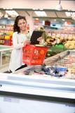 Vrouw met Elektronische het Winkelen Lijst Stock Fotografie
