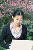 Vrouw met ER loptop Stock Fotografie