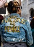 Vrouw met feministisch bericht, Vrouwen ` s Maart, Los Angeles Stock Foto