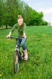 Vrouw met fiets Stock Afbeelding