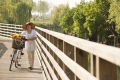 Vrouw met fiets royalty-vrije stock foto's