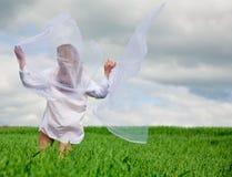Vrouw met fladderende sjaal Stock Fotografie