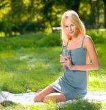 Vrouw met fles water Stock Foto's