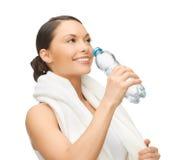 Vrouw met fles water Stock Afbeelding