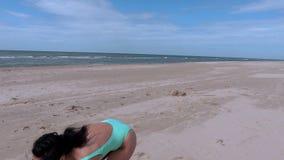 Vrouw met Frisbee-schijf op het strand stock videobeelden