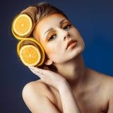 Vrouw met fruit in haar Royalty-vrije Stock Afbeeldingen