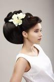 Vrouw met Futuristische Kapsel en Orchidee royalty-vrije stock fotografie