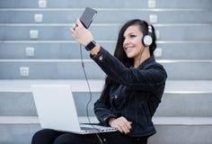Vrouw met gadgets op stappen Stock Foto's
