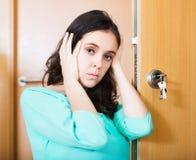 Vrouw met gebrekkig deurslot royalty-vrije stock foto