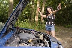 Vrouw met gebroken auto stock afbeelding