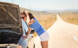 Vrouw met gebroken auto op de weg royalty-vrije stock foto's